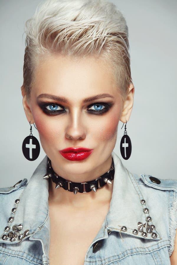 Mujer rubia del platino hermoso con maquillaje del estilo 80s fotografía de archivo