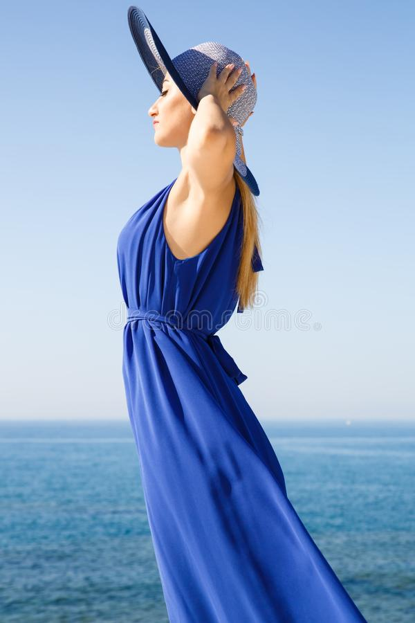 Mujer rubia en azul imagenes de archivo