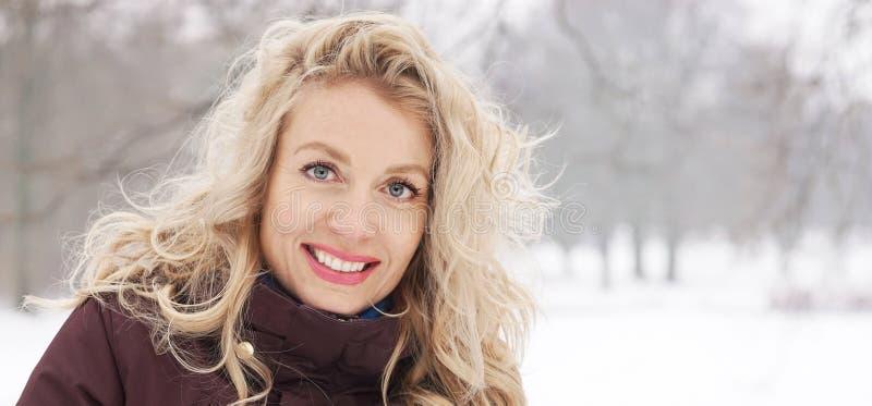Mujer rubia en bandera del paisaje del invierno imagen de archivo
