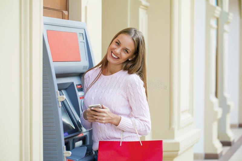 Mujer rubia en el fondo en la atmósfera del centro comercial imagen de archivo libre de regalías