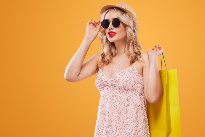 Mujer rubia en gafas de sol y sombrero con el bolso en las compras negras de viernes Copie el espacio para los anuncios de la ven imagen de archivo libre de regalías