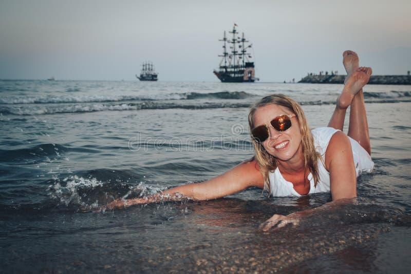 Mujer rubia en la playa en un agua del mar foto de archivo libre de regalías