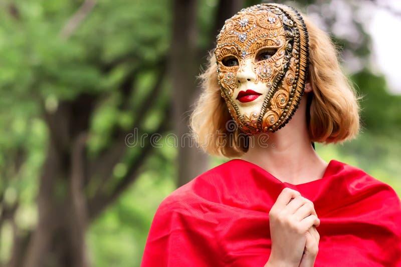 Mujer rubia en máscara del carnaval imagen de archivo libre de regalías