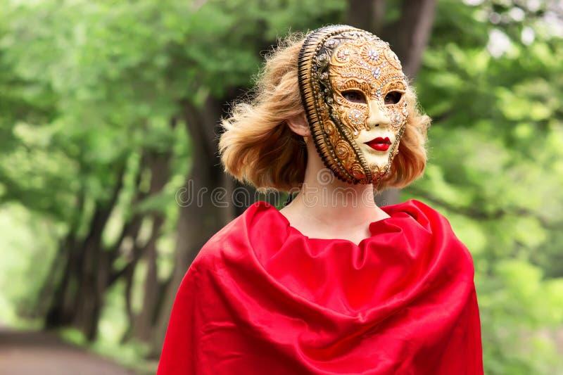 Mujer rubia en máscara del carnaval imagen de archivo