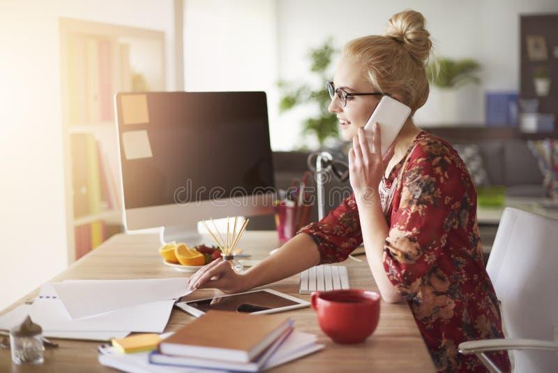 Mujer rubia en oficina imagen de archivo