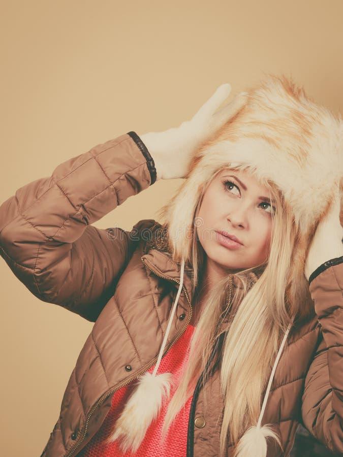 Mujer rubia en sombrero peludo caliente del invierno imagen de archivo libre de regalías