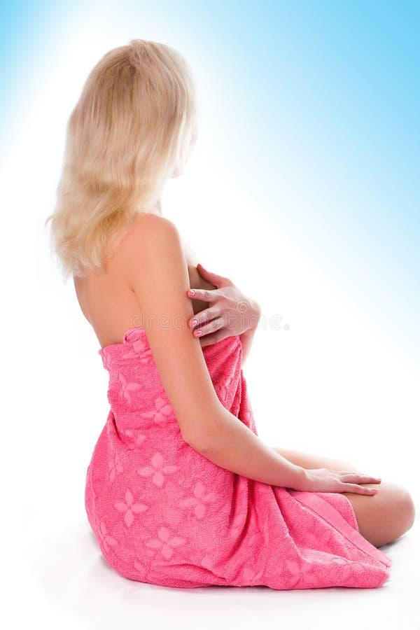 Mujer rubia en toalla después de la ducha foto de archivo