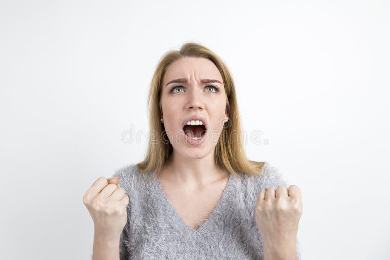 Mujer rubia enojada que grita fotografía de archivo