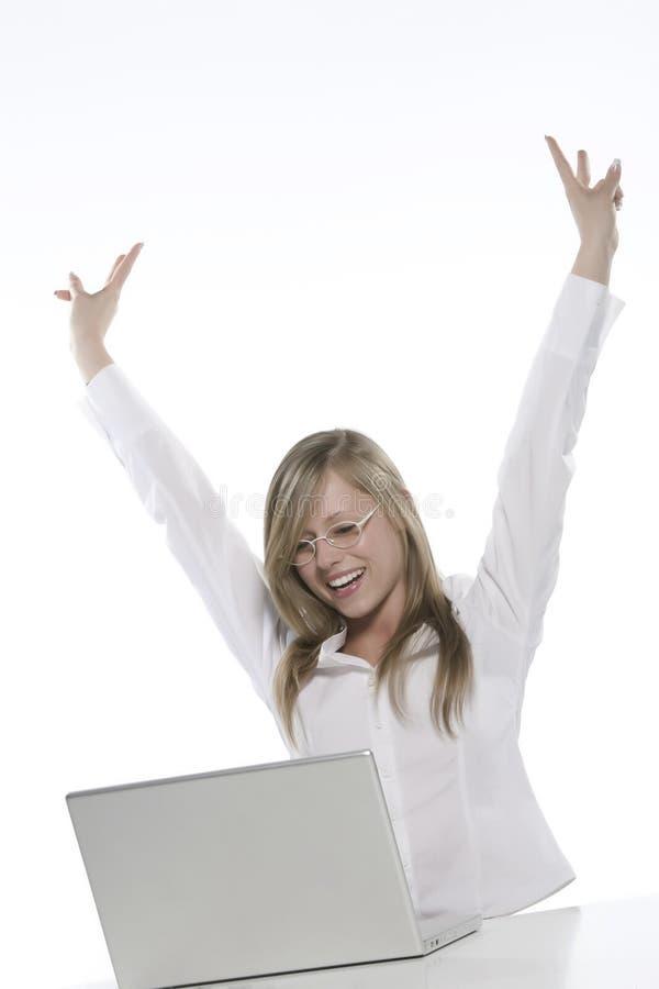 Mujer rubia feliz joven en el ordenador imágenes de archivo libres de regalías