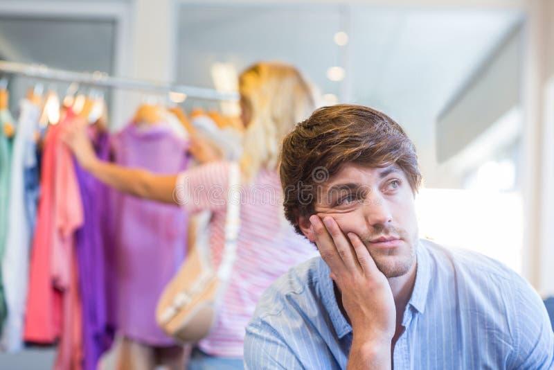 Mujer rubia feliz que hace compras con su novio agotado fotos de archivo libres de regalías
