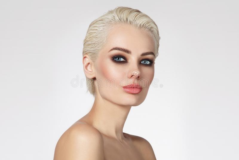 Mujer rubia hermosa con el maquillaje ahumado del ojo, espacio de la copia fotos de archivo
