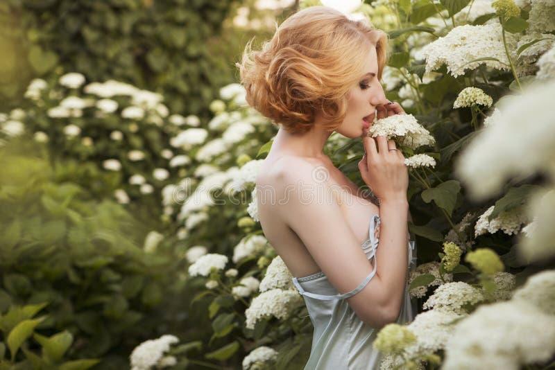 Mujer rubia hermosa con el peinado corto rizado de la sacudida, delicado foto de archivo