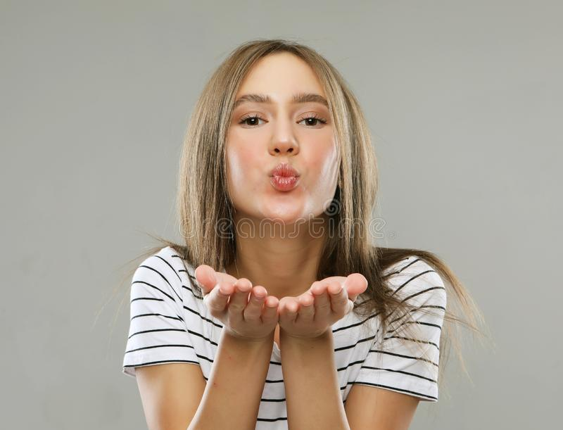 Mujer rubia hermosa con gesto del beso Retrato de una muchacha que liga imagenes de archivo