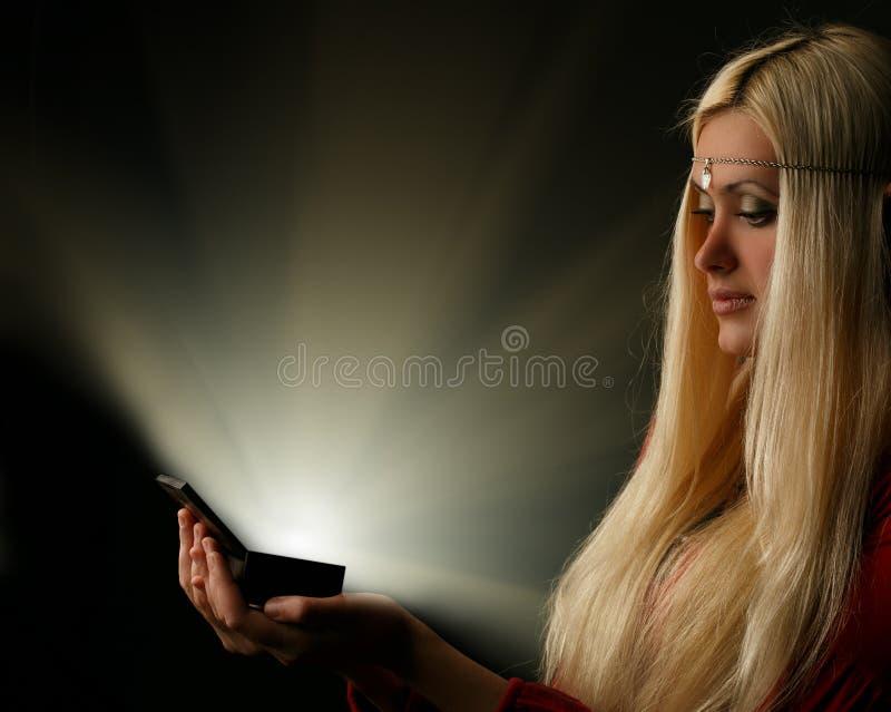 Mujer rubia hermosa con la caja que brilla intensamente fotografía de archivo