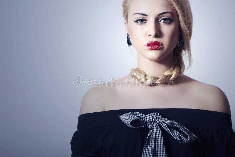 Mujer rubia hermosa con maquillaje atractivo rojo de Tress.Beauty Lips.Valentines Day.Professional. Muchacha anormal con el corazó imagenes de archivo