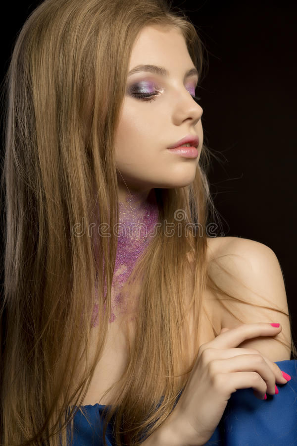 Mujer rubia hermosa con maquillaje creativo y vestido con desnudo fotografía de archivo