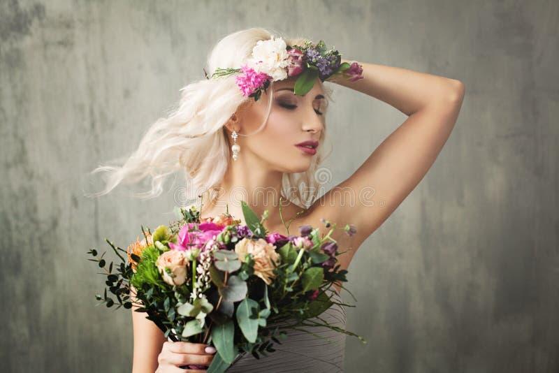 Mujer rubia hermosa con soplar el peinado rizado fotografía de archivo libre de regalías