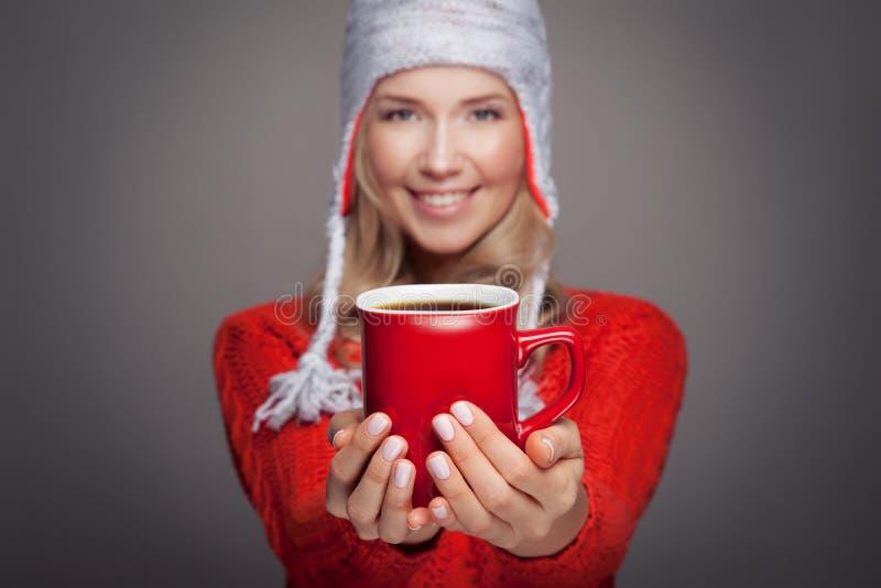Mujer rubia hermosa con un café caliente aromático en manos fotos de archivo libres de regalías