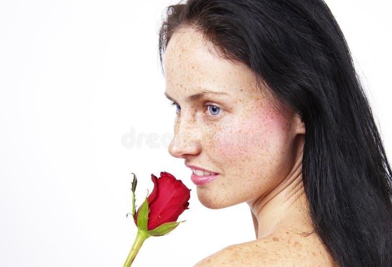 Mujer rubia hermosa con una rosa fotografía de archivo libre de regalías