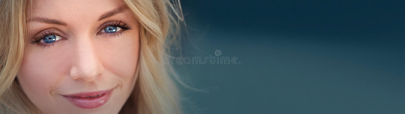 Mujer rubia hermosa de Panoamic con los ojos azules fotos de archivo