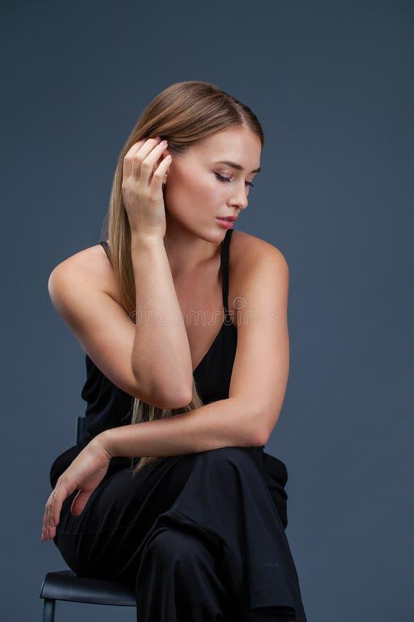 Mujer rubia hermosa en alineada negra foto de archivo libre de regalías