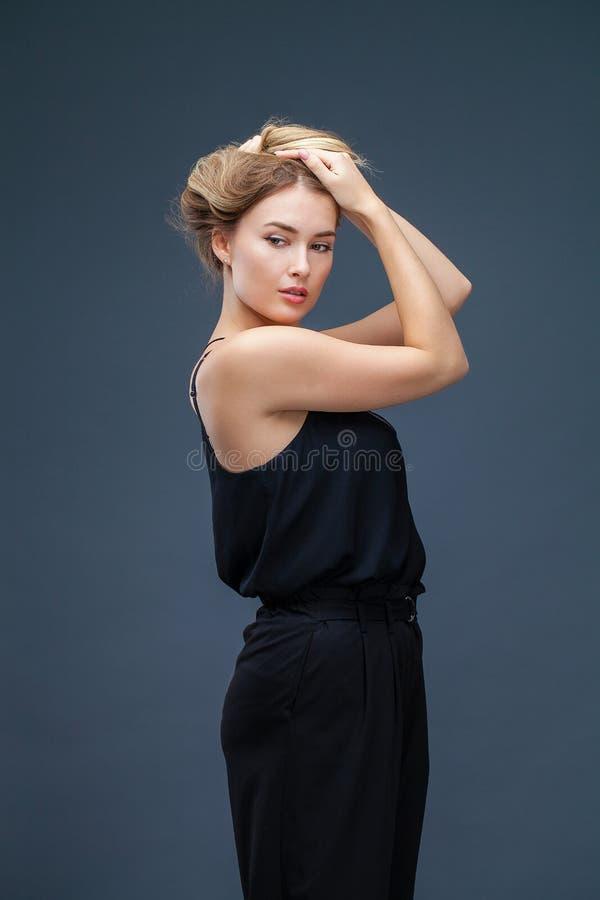 Mujer rubia hermosa en alineada negra fotos de archivo