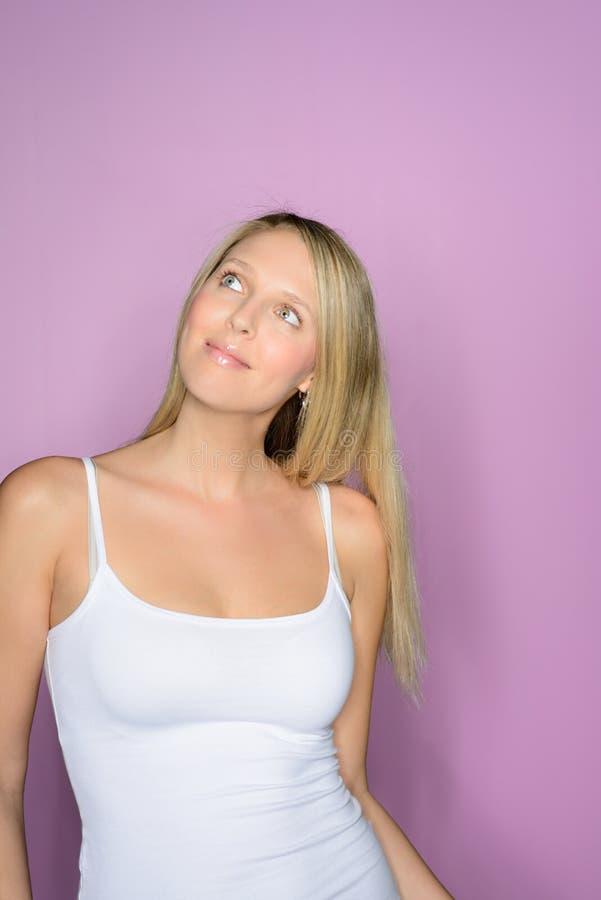 mujer rubia hermosa en las sonrisas blancas de la camiseta imágenes de archivo libres de regalías