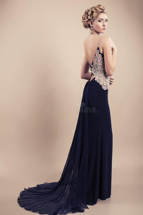 mujer rubia hermosa en vestido negro elegante fotos de archivo libres de regalías