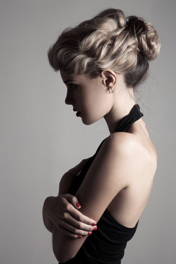 Mujer rubia hermosa. Imagen retra de la moda. imagenes de archivo