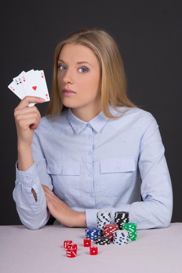 Mujer rubia hermosa joven que juega el póker foto de archivo