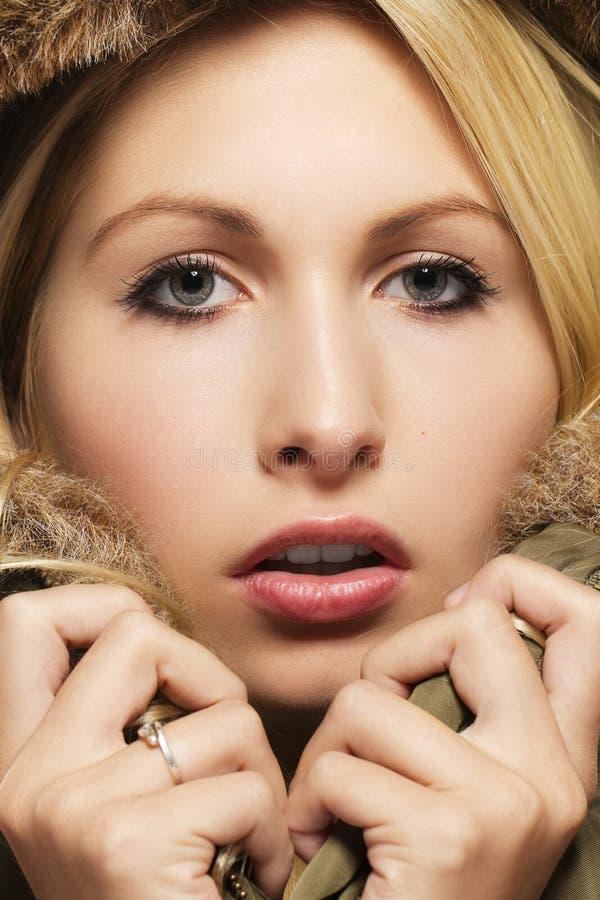 Mujer rubia hermosa que desgasta un abrigo esquimal con la piel fotos de archivo libres de regalías
