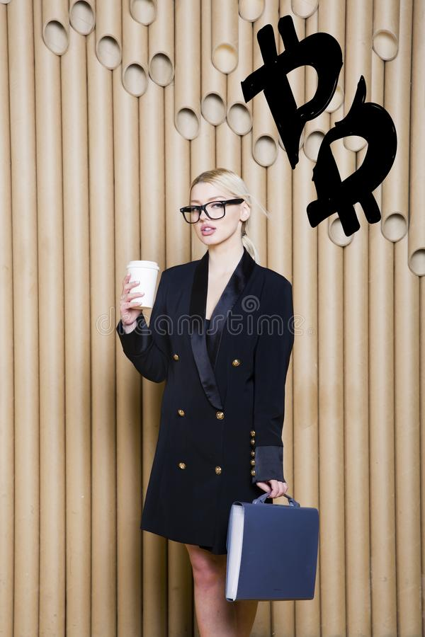 Mujer rubia hermosa que muestra bosquejo cercano derecho del bitcoin Concepto virtual del agolpamiento del dinero o del btc Crypt fotos de archivo libres de regalías