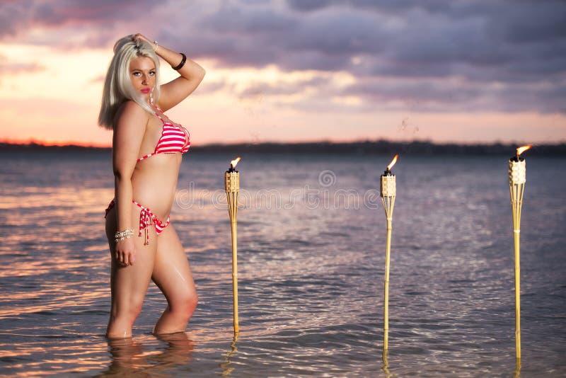 Mujer rubia hermosa que presenta en un bikini en la playa fotografía de archivo libre de regalías