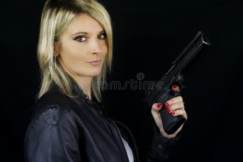 Mujer rubia hermosa que señala un arma fotos de archivo