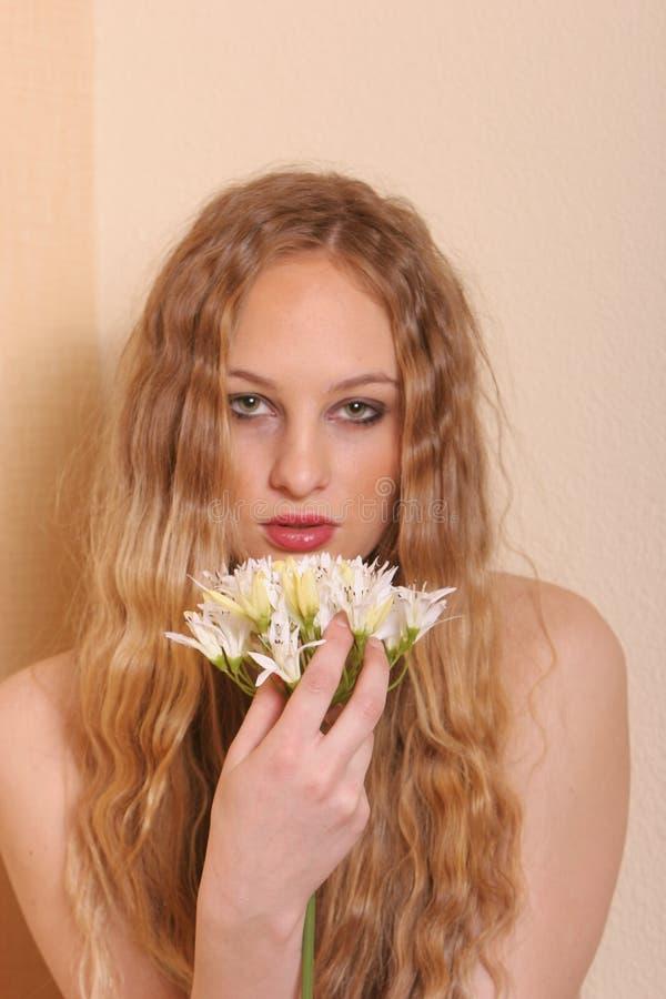 Mujer rubia joven atractiva fotos de archivo