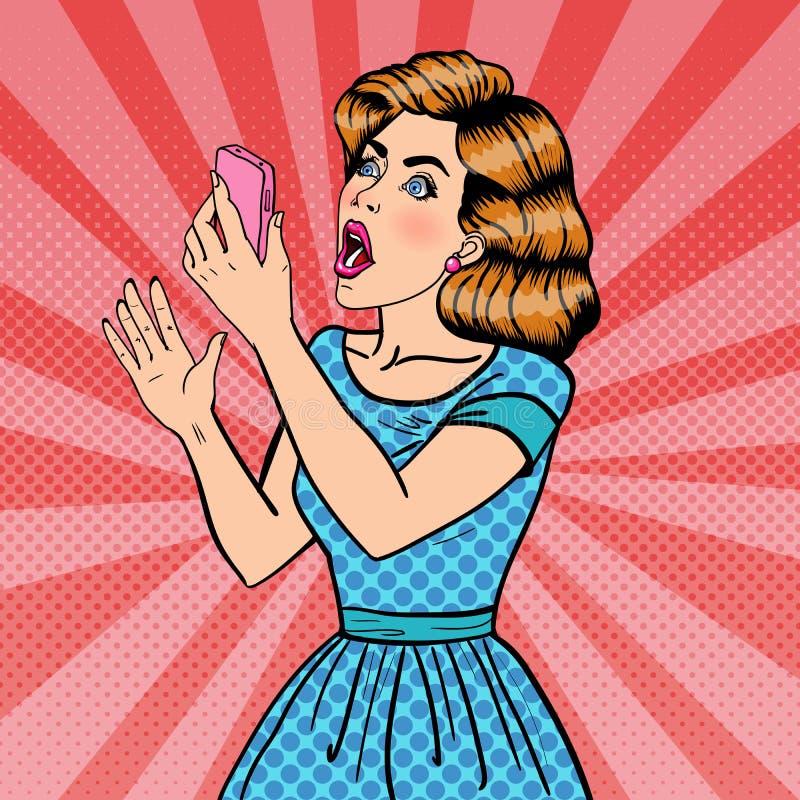 Mujer rubia joven chocada que sostiene el teléfono móvil Arte pop stock de ilustración