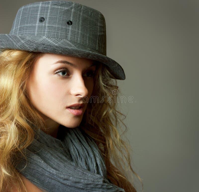 Mujer rubia joven con el sombrero y la bufanda imagen de archivo