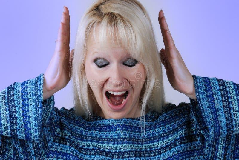 Mujer rubia joven con un grito imagen de archivo libre de regalías