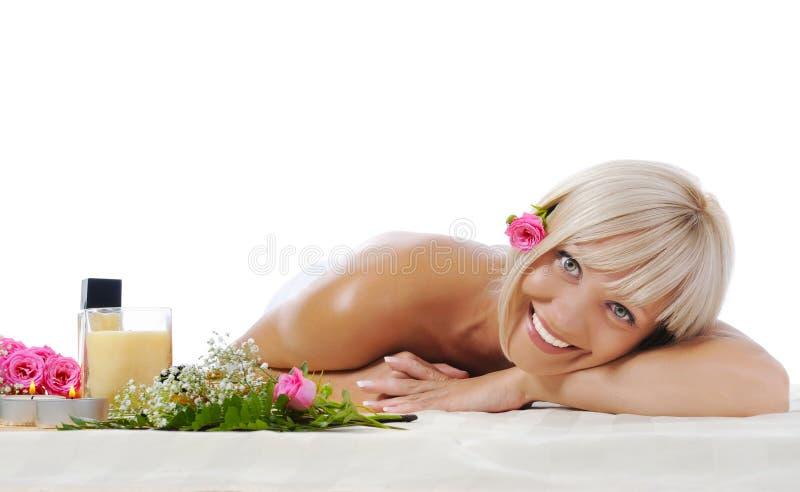 Mujer rubia joven en el procedimiento del balneario foto de archivo