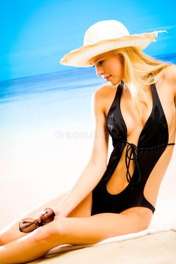 Mujer rubia joven en sombrero fotografía de archivo libre de regalías
