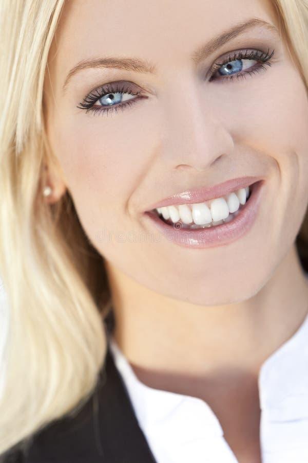 Mujer rubia joven feliz hermosa con los ojos azules imagen de archivo