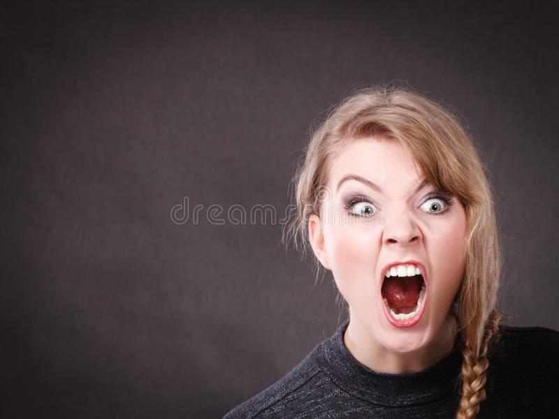 Mujer rubia joven furiosa enojada fotos de archivo libres de regalías