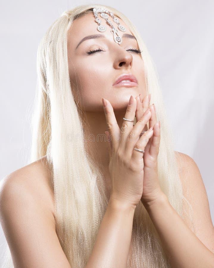 Mujer rubia joven hermosa con el pelo largo con un maquillaje apacible imagen de archivo