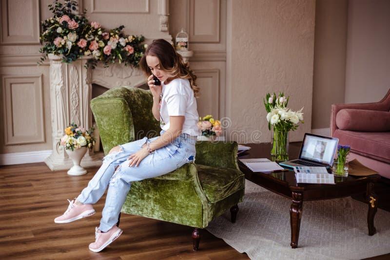 Mujer rubia joven hermosa con el teléfono móvil Retrato de la muchacha rubia bonita en ropa casual fotos de archivo libres de regalías