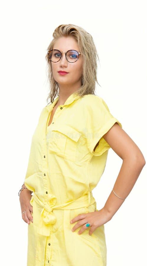 Mujer rubia joven hermosa con el vestido amarillo en blanco fotografía de archivo