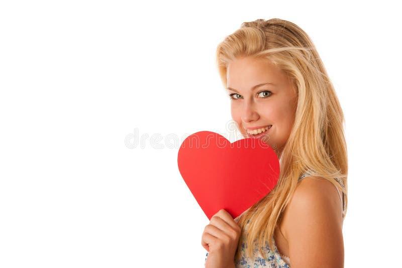 Mujer rubia joven hermosa con los ojos azules que llevan a cabo la prohibición roja del ciervo fotografía de archivo