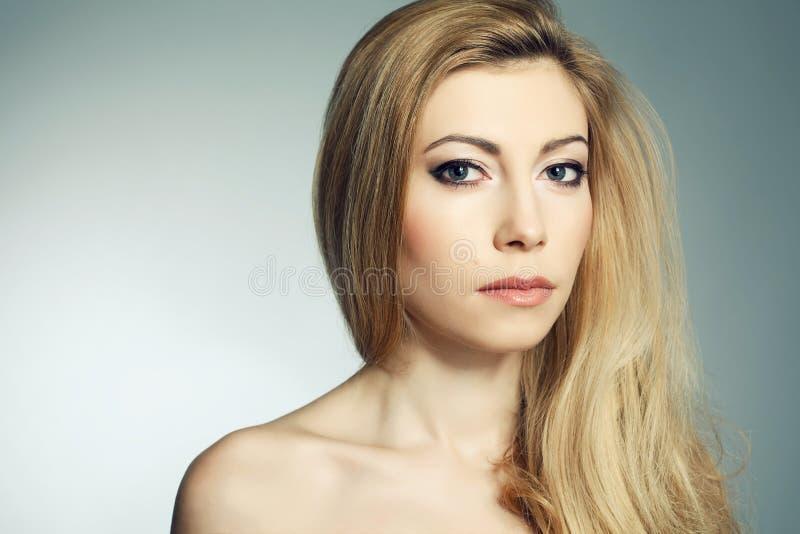 Mujer rubia joven hermosa con un gran maquillaje imagenes de archivo