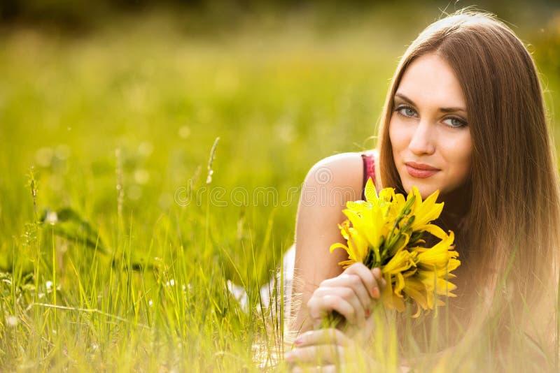 Mujer rubia joven hermosa en el prado imagen de archivo libre de regalías