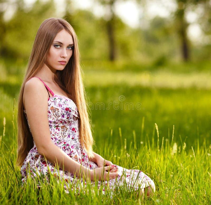 Mujer rubia joven hermosa en el prado imágenes de archivo libres de regalías