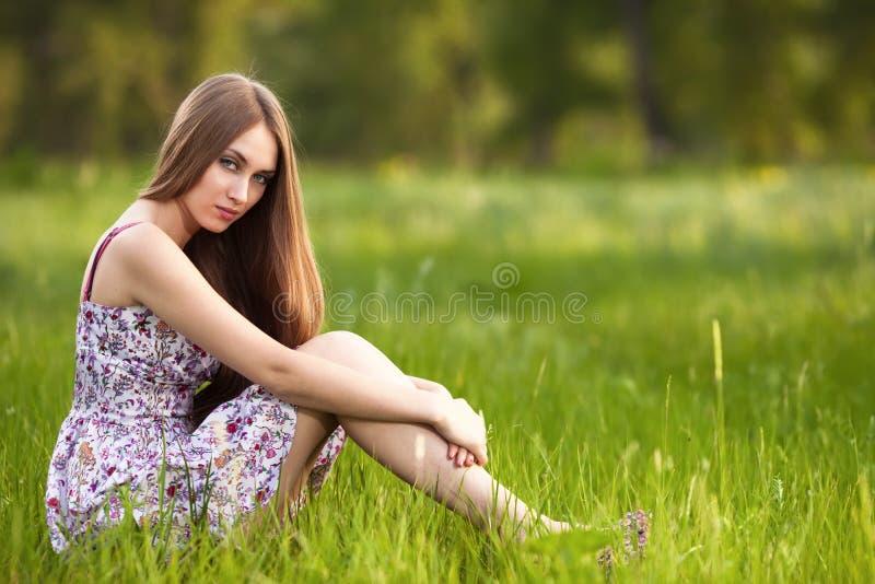 Mujer rubia joven hermosa en el prado fotos de archivo